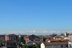 Montanha de Monviso em Piedmont Itália Cidade pequena contra a neve-capp Foto de Stock