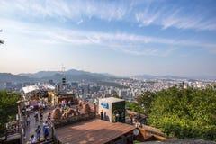 Montanha de Namsan da torre de N Seoul em Seoul, Coreia fotografia de stock