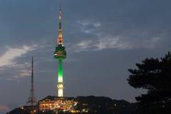 Montanha de Namsan da torre de Seoul em Coreia imagens de stock