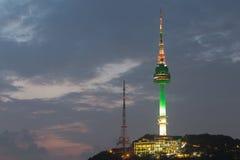 Montanha de Namsan da torre de Seoul em Coreia foto de stock