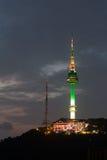 Montanha de Namsan da torre de Seoul em Coreia fotografia de stock royalty free