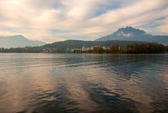 Montanha de Pilatus vista de um barco de passageiro imagem de stock