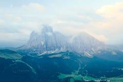 Montanha de Sassolungo nas nuvens fotos de stock royalty free