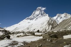 Montanha de Shivling, Himalayas Fotos de Stock Royalty Free