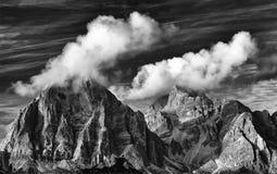 Montanha de Tofana di Rozes no outono visto da estrada a Passo Giau fotografia de stock royalty free