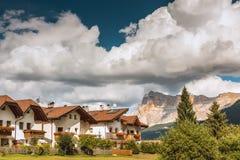 Montanha de Val Gardena South Tirol Dolomites da vila Imagem de Stock
