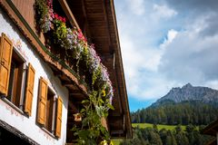 Montanha de Val Gardena South Tirol Dolomites da vila Imagens de Stock Royalty Free