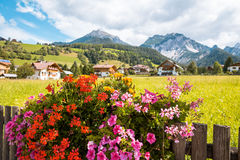 Montanha de Val Gardena South Tirol Dolomites da vila Fotos de Stock Royalty Free