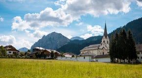 Montanha de Val Gardena South Tirol Dolomites da vila Imagem de Stock Royalty Free