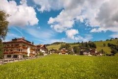 Montanha de Val Gardena South Tirol Dolomites da vila Fotografia de Stock