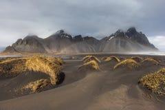 Montanha de Vesturhorn e dunas de areia pretas, Islândia Imagem de Stock Royalty Free