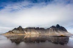 Montanha de Vesturhorn e dunas de areia pretas, Islândia Fotografia de Stock Royalty Free