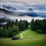 Montanha de Wetterstein durante o dia do outono com névoa da noite, cumes bávaros, Baviera, Alemanha imagens de stock royalty free