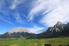 Montanha de Zugspitze e de Sonnenspitze Foto de Stock Royalty Free