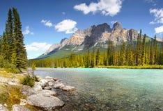 Montanha do castelo e rio da curva, Alberta imagem de stock