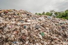 Montanha do desperdício na operação de descarga em 3Sudeste Asiático Imagem de Stock Royalty Free