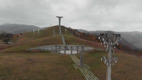 Montanha do monumento das cruzes no zangão de Geórgia 4K video estoque
