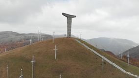 Montanha do monumento das cruzes no zangão de Geórgia 4K vídeos de arquivo
