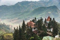 Montanha do pico de Fansipan a montanha a mais alta em Indochina em Sapa, Vietname foto de stock royalty free