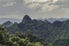 Montanha do templo em Vietname imagens de stock royalty free