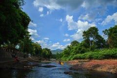 montanha do verde da nuvem do céu dos povos Fotografia de Stock Royalty Free