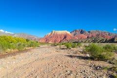 Montanha do vermelho de Pollera de la coya Imagem de Stock
