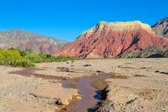 Montanha do vermelho de Pollera de la coya Fotos de Stock