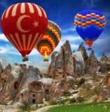 Montanha do voo do balão de ar quente imagem de stock royalty free