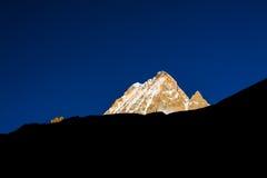 Montanha dourada da neve fotografia de stock royalty free