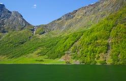 Montanha e água Imagem de Stock Royalty Free