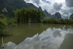 Montanha e bambu, em Cao Bang, Vietname fotografia de stock
