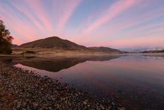 Montanha e beira do lago com céu bonito Foto de Stock