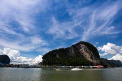 Montanha e céu azul Imagens de Stock Royalty Free
