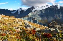 Montanha e céu azul. Imagem de Stock