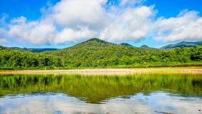 Montanha e céu, espelho Fotos de Stock