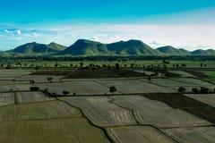 Montanha e campo Foto de Stock Royalty Free