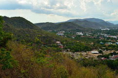 Montanha e cidade Foto de Stock Royalty Free