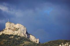 Montanha e cruz de Nivolet perto de Chambery, França imagem de stock
