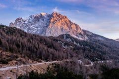 Montanha e estrada no por do sol Imagem de Stock