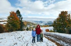 Montanha e família do outono na caminhada Fotos de Stock