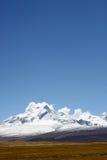 montanha e grama da neve do céu Imagens de Stock