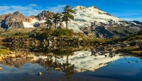 Montanha e lago Fotografia de Stock Royalty Free