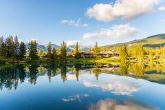 Montanha e lago com reflexão imagem de stock