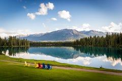 Montanha e lago com reflexão fotos de stock