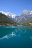 Montanha e lago da neve fotografia de stock royalty free