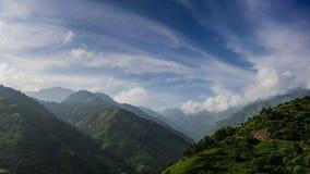 Montanha e maneira alta nebulosa fotografia de stock royalty free