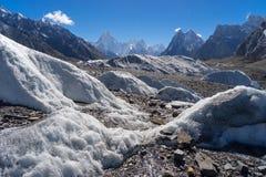 A montanha e a mitra do maciço de Gasherbrum repicam, K2 o passeio na montanha, Paquistão foto de stock