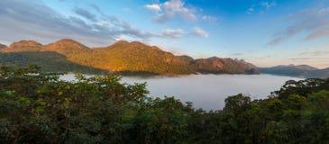 Montanha e névoa na manhã em Doi Angkhang, Chiangmai Thail Imagens de Stock Royalty Free