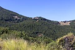 A montanha e o monastério majestosos de fotos de stock