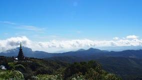 Montanha e pagode de do norte de Tailândia Fotografia de Stock
